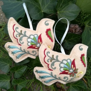 Karácsonyfadísz - 2db galamb, Karácsony & Mikulás, Karácsonyfadísz, Gyapjúfilcre, gépi hímzéssel készített, kézzel varrt, enyhén tömött dísz, szatén szalag akasztóval. ..., Meska