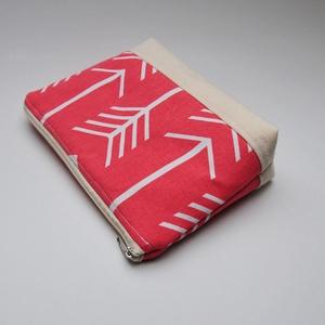 Coral színű nyíl mintás neszeszer, táskarendező.  (aprotextil) - Meska.hu