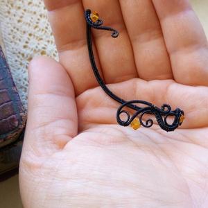 Gyertyafény, Mászó fülbevaló, Fülbevaló, Ékszer, Ékszerkészítés, Fémmegmunkálás, Fekete ékszerdrótból készült fülékszer narancssárga Swarovskival.\n\nA hosszú, egyedes rész 7,7 cm, am..., Meska