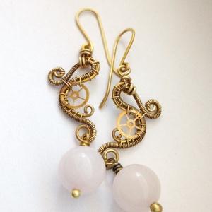 Vénusz hercegnő -ásvány fülbevaló, Ékszer, Fülbevaló, Lógós fülbevaló, Ékszerkészítés, Fémmegmunkálás, Steampunk fülbevaló sárgaréz drótból, fogaskerékből és rózsakvarcból.\n\nAz ékszert antikoltam, majd p..., Meska