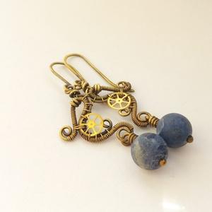 Neptunusz Hercegnő, Ékszer, Fülbevaló, Ékszerkészítés, Fémmegmunkálás, Steampunk fülbevaló sárgaréz drótból, fogaskerékkel és szodalit gyönggyel.\n\nA kész ékszert antikolta..., Meska
