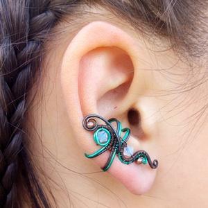 Kikelet fülgyűrű, Ékszer, Fülbevaló, Fülgyűrű, Ékszerkészítés, Fémmegmunkálás, Antikolt vörösréz drótból és türkizzöld drótból tekergetett fülgyűrű. Opál színű Swarovskival és fém..., Meska