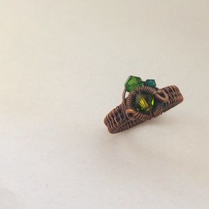 Tavasz gyűrű, Ékszer, Gyűrű, Többköves gyűrű, Vörösréz drótból és zöld Swarovskiból készült gyűrű. Antikoltam, majd políroztam a kész ékszert  Mér..., Meska
