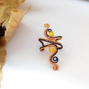 Tűz fülgyűrű I., Fülgyűrű, Fülbevaló, Ékszer, Ékszerkészítés, Fémmegmunkálás, Fekete és átlátszó bevonatos vörösréz drótból készült fülgyűrű narancs színű Swarovski gyöngyökkel.\n..., Meska