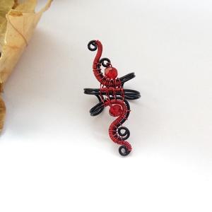 Tűz fülgyűrű II., Fülgyűrű, Fülbevaló, Ékszer, Ékszerkészítés, Fémmegmunkálás, Fekete és piros bevonatos vörösréz drótból készült fülgyűrű vörös színű kristály gyöngyökkel.\n\nA bev..., Meska