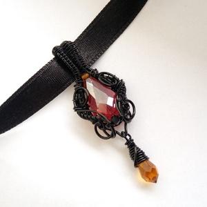 Tűz medál, Ékszer, Medálos nyaklánc, Nyaklánc, Fekete drótból, piros és narancs kristálygyöngyökből készült medál fekete szaténszalag láncon.  A me..., Meska