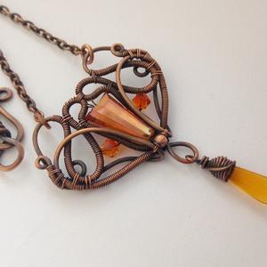 Naplemente nyakék, Ékszer, Nyaklánc, Medálos nyaklánc, Vörösréz drótból tekeregetett nyakék narancsszínű kristálygyöngyökkel.  A kész ékszert antikoltam, m..., Meska