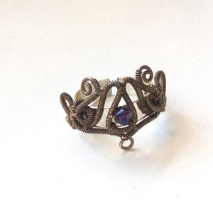 Csöndes délután, Ékszer, Gyűrű, Statement gyűrű, Egyedi, állítható gyűrű ezüstözött rézdrótból lila Swarovski gyönggyel.  A gyűrű 6-7cm belső kerület..., Meska