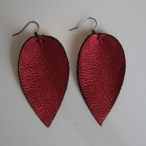 """""""Magnólia"""" valódi bőr fülbevaló - piros, Ékszer, Lógós fülbevaló, Fülbevaló, Elegáns, pillekönnyű magnóliaszirom formájú fülbevaló enyhén csillogó piros színben.  1,5 mm vastag ..., Meska"""