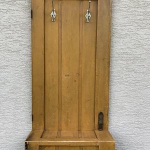Régi szekrényajtó, ajtó vintage hajlított előszobafal, fogas, akasztó, Otthon & Lakás, Bútor, Fogas, Famegmunkálás, Régi szekrényajtóból készült egyedi előszobafal, mintha hajtogatva lenne. A képeken látható, a korán..., Meska