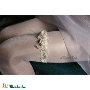 VALAMI KÉK  design-harisnyakötő menyasszonyoknak, Táska, Divat & Szépség, Esküvő, Menyasszonyi ruha, Hajdísz, ruhadísz, Egyedi-artisztikus kézzel festett hernyóselyem-stilizált virágok elasztikus 2,5 cm vékony csipke-sza..., Meska