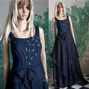 MARGARÉTA KISASSZONY - estélyi ruha, Alkalmi ruha & Estélyi ruha, Női ruha, Ruha & Divat, Varrás, Festett tárgyak, Ez a romantikus estélyi modellem több sötétkék anyag kombinációjából született.\nKézzel festett apró ..., Meska