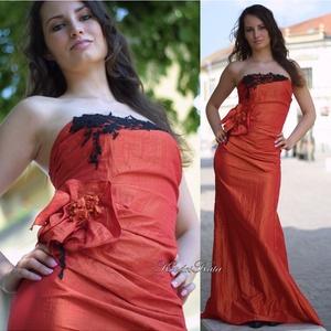 GLÓRIA - estélyi ruha, Táska, Divat & Szépség, Esküvő, Női ruha, Ruha, divat, Estélyi ruha, Pánt nélküli raffolt testrészű hosszú estélyi ruha narancs színű taftselyemből. Mellrészét fekete fr..., Meska
