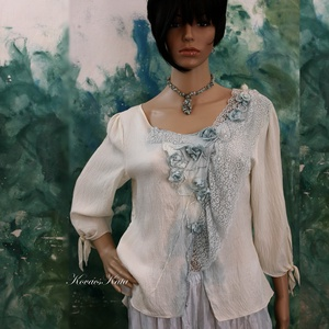 BLUE-ROSES - exkluzív 100% hernyóselyem-blúz, Blúz, Női ruha, Ruha & Divat, Festett tárgyak, Varrás, Romantikus alkalmakra:\nGyönyörű kézzel festett hernyóselyem blúz apró rózsácskákkal, vintage csipkév..., Meska