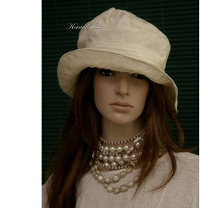LILIEN - brokát kalap, Táska, Divat & Szépség, Női ruha, Ruha, divat, Sál, sapka, kesztyű, Sapka, Gyönyörű vajszínű rózsa-mintás bútorbrokátból terveztem ezt az öblös tetejű, klasszikus karimás mode..., Meska