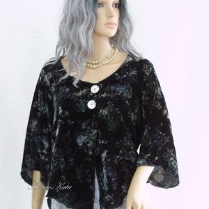 JANA - selyembársony design-blúz, Táska, Divat & Szépség, Női ruha, Ruha, divat, Blúz, Póló, felsőrész, Varrás, Rózsamintás, könnyű, hűvös selyembársonyból készítettem ezt az elöl két nagy gyöngyházgombbal összef..., Meska