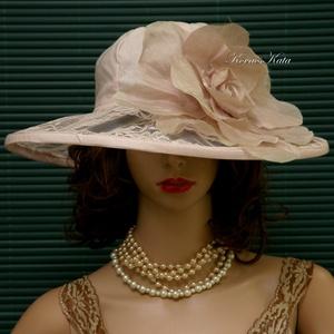 AURÓRA - esküvői csipkekalap, Esküvő, Táska, Divat & Szépség, Ruha, divat, Sál, sapka, kesztyű, Sapka, Menyasszonyi ruha, Pasztell rózsaszínű lenvászonból és vintage csipkéből készítettem ezt a látványos kalapot. Pille-kön..., Meska