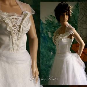 LAURA - menyasszonyi ruha, Esküvő, Menyasszonyi ruha, Ruha, Modern 'kiránylány-ruha' : válogatott tört-fehér anyagokból készült fűzős felsőrész, egybe-szabott c..., Meska