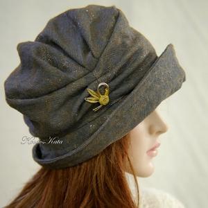 ERNA-CLOCHE / Valentino - exkluzív design flapper-kalap / taupe, Ruha & Divat, Sál, Sapka, Kendő, Kalap, Varrás, Különleges, Valentinó márkájú, taupe színű selyem-szálas puha gyapjú-kelméből varrtam ez az 1920-as ..., Meska