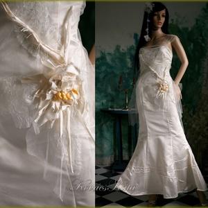 LILY - exkluzív menyasszonyi selyemruha, Esküvő, Ruha, Menyasszonyi ruha, Sellő-fazonú menyasszonyi ruha különleges részletekkel tört-fehér hernyóselyem düseszből, fátyol-tül..., Meska