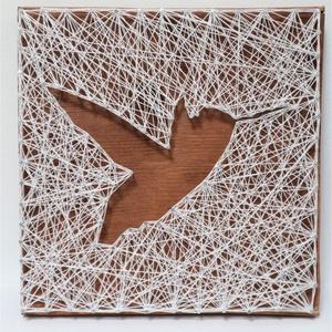 Fonal kolibri madár, Művészet, Más művészeti ág, Mindenmás, Az itt látható, festett fenyő lapra saját kezüleg elkészített kolibri fonalkép keresi új otthonát. A..., Meska