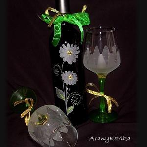 Gravírozott,boros készlet-üvegés poharak,margarétás mintával, Esküvő, Nászajándék, Gravírozás, pirográfia, Egy vörösboros üveg és két zöld szárú boros pohár alkotja ezt a készletet, amit házassági évfordulór..., Meska