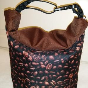 Kávés-Vízálló uzsonnás tasak kézben vihető-PUL béléssel, Táska & Tok, Uzsonna- & Ebéd tartó, Ebéd tasak, doboz, Varrás, Mindenmás, Kívűl vízhatlan anyagból, belűl PUL béléssel készült.\nNem kell a táskánkba pakolni az uzsonnát, ebéd..., Meska