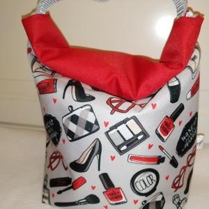 Csajszis-szürke-piros-Vízálló uzsonnás tasak kézben vihető-PUL béléssel, Táska & Tok, Uzsonna- & Ebéd tartó, Ebéd tasak, doboz, Varrás, Mindenmás, Kívűl vízhatlan anyagból, belűl PUL béléssel készült.\nNem kell a táskánkba pakolni az uzsonnát, ebéd..., Meska