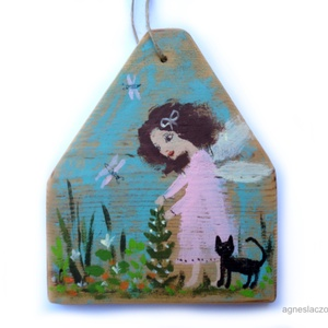 Tavasztündér cicával, Otthon & lakás, Dekoráció, Dísz, Képzőművészet, Festett tárgyak, Famegmunkálás, Egyedi kezzel festett rusztikus fa dekoracio.\nFalra akaszthato. \nkb 18 x 15 cm. + akaszto.\nA szinek ..., Meska