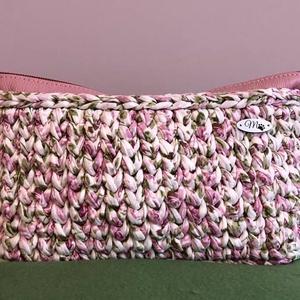 Rózsás  kozmetikai táska ( neszeszer ), Táska & Tok, Neszesszer, Prémium pólófonalból horgolt rózsás kozmetikai táska. Egyedi és elegáns darab.  Méretei :  magasság ..., Meska