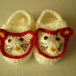 Baby szandál, Babacipő, Babaruha & Gyerekruha, Ruha & Divat, Hímzés, Horgolás, Fehér bébi fonálból készítettem a kis szandálkát. Elejét piros szegélyes Hello Kitty fej díszíti, ha..., Meska