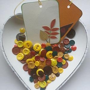 Őszi gombcsomag, Gomb, Műanyag gomb, Varrás, Gomb, A csomag tartalmaz 100 db műanyag gombot sárga, piros, barna és zöld színekben + 2 db ajándékkísérő..., Alkotók boltja