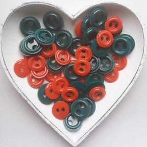 50 db színes gomb karácsonyi színekben, Gomb, Műanyag gomb, Varrás, Gomb, Piros és zöld színű műanyag gomb.\n\nMéret:25-30 mm\n\nÁra: 600 Ft / 50 db, Meska