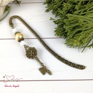 Kulcs könyvjelző fehér és sárga gyöngyökkel anyák napja ballagás évzáró pedagógus karácsony szülinap névnap  (Arindaekszerek) - Meska.hu