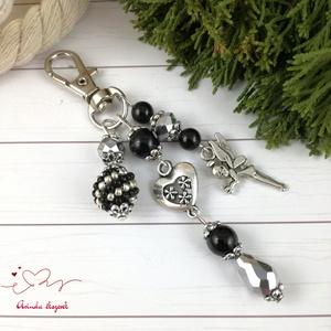 Fekete tündér kulcstartó táskadísz  anyák napja ballagás évzáró pedagógus karácsony szülinap névnap , Kulcstartó, táskadísz, Táska, Divat & Szépség, Ékszerkészítés, Gyöngyfűzés, gyöngyhímzés, Fekete és ezüst gyöngyökből, szív alakú köztesből, fűzött 1 cm-es gyöngybogyóból és tündér fityegőbő..., Meska