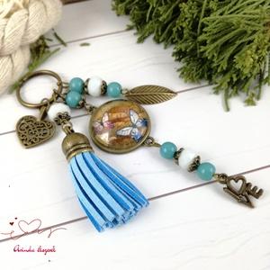 Kék pillangó bojtos üveglencsés kulcstartó táskadíszanyák napja ballagás évzáró pedagógus karácsony szülinap névnap  , Kulcstartó, táskadísz, Táska, Divat & Szépség, Ékszerkészítés, Gyöngyfűzés, gyöngyhímzés, Kék és fehér gyöngyökből, pillangó mintával díszített üveglencsés kabosonból és kék velúrbojtból kés..., Meska