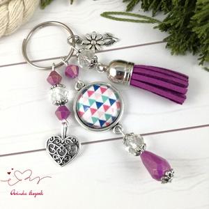 Színes háromszögek bojtos üveglencsés kulcstartó táskadísz anyák napja ballagás évzáró pedagógus karácsony szülinap , Kulcstartó szekrény, Bútor, Otthon & Lakás, Ékszerkészítés, Gyöngyfűzés, gyöngyhímzés, Lila és kristály, átlátszó gyöngyökből, háromszög mintával díszített üveglencsés kabosonból és lila ..., Meska