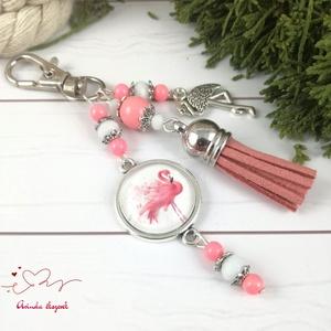 Bűbáj a varázshegyen flamingós bojtos üveglencsés kulcstartó táskadísz bojtos nyár mikulás karácsony szülinap névnap, Táska, Divat & Szépség, Kulcstartó, táskadísz, Ékszerkészítés, Gyöngyfűzés, gyöngyhímzés, Rózsaszín és fehér gyöngyökből, flamingós mintával díszített üveglencsés kabosonból, flamingó medálb..., Meska
