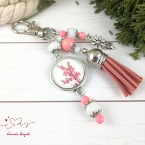 Japánkert virágba borulva rózsaszín bojtos üveglencsés kulcstartó táskadísz bojtos mikulás karácsony szülinap névnap, Táska, Divat & Szépség, Kulcstartó, táskadísz, Otthon & lakás, Egyéb, Ékszerkészítés, Gyöngyfűzés, gyöngyhímzés, Rózsaszín és fehér gyöngyökből, virágos mintával díszített üveglencsés kabosonból, virág medálból és..., Meska
