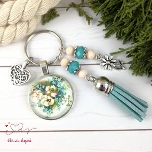 Kék nefelejcs kékeszöld bojtos üveglencsés kulcstartó táskadísz bojtos nyár mikulás karácsony szülinap névnap ajándék , Táska, Divat & Szépség, Kulcstartó, táskadísz, Ékszerkészítés, Gyöngyfűzés, gyöngyhímzés, Türkiz és fehér gyöngyökből, nefelejcs csokor mintával díszített üveglencsés kabosonból, virág medál..., Meska