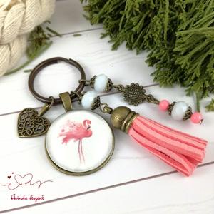 Csini flamingó rózsaszín bojtos üveglencsés kulcstartó táskadísz bojtos nyár mikulás karácsony szülinap névnap ajándék , Táskadísz, Kulcstartó & Táskadísz, Táska & Tok, Ékszerkészítés, Gyöngyfűzés, gyöngyhímzés, Rózsaszín és fehér gyöngyökből, flamingós mintával díszített üveglencsés kabosonból, virág medálból ..., Meska