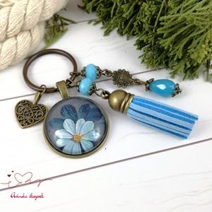 Kék virágok kék bojtos üveglencsés kulcstartó táskadísz bojtos nyár mikulás karácsony szülinap névnap ajándék , Táska, Divat & Szépség, Kulcstartó, táskadísz, Otthon & lakás, Naptár, képeslap, album, Könyvjelző, Egyéb, Ékszerkészítés, Gyöngyfűzés, gyöngyhímzés, Kék gyöngyökből, virágos mintával díszített üveglencsés kabosonból, virág medálból és kék velúrbojtb..., Meska