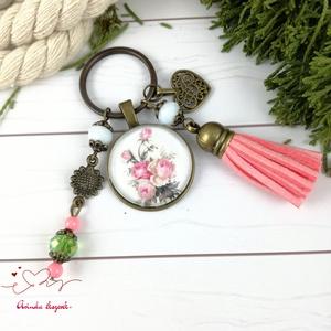 Romantikus rózsa bojtos üveglencsés kulcstartó táskadísz bojtos nyár mikulás karácsony szülinap névnap ajándék , Kulcstartó, Kulcstartó & Táskadísz, Táska & Tok, Ékszerkészítés, Gyöngyfűzés, gyöngyhímzés, Rózsaszín, zöld és fehér gyöngyökből, rózsacsokor mintával díszített üveglencsés kabosonból, virág m..., Meska