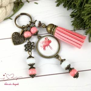Flamingó rózsaszín bojtos üveglencsés kulcstartó táskadísz bojtos nyár mikulás karácsony szülinap névnap ajándék , Táska, Divat & Szépség, Kulcstartó, táskadísz, Otthon & lakás, Egyéb, Naptár, képeslap, album, Könyvjelző, Ékszerkészítés, Gyöngyfűzés, gyöngyhímzés, Rózsaszín és fehér gyöngyökből, flamingó mintával díszített üveglencsés kabosonból és rózsaszín velú..., Meska
