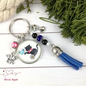 Cica lepkével kék bojtos üveglencsés kulcstartó táskadísz bojtos nyár mikulás karácsony szülinap névnap ajándék , Táska, Divat & Szépség, Kulcstartó, táskadísz, Otthon & lakás, Egyéb, Ékszerkészítés, Gyöngyfűzés, gyöngyhímzés, Rózsaszín, kék, fekete és fehér gyöngyökből, cicás-lepkés mintával díszített üveglencsés kabosonból,..., Meska