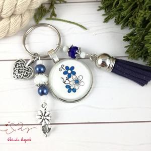 Kék virágok bojtos üveglencsés kulcstartó táskadísz bojtos mikulás karácsony szülinap névnap nyár ajándék, Kulcstartó szekrény, Bútor, Otthon & Lakás, Ékszerkészítés, Gyöngyfűzés, gyöngyhímzés, Kék és fehér gyöngyökből, virág mintával díszített üveglencsés kabosonból, virág medálból, valamint ..., Meska