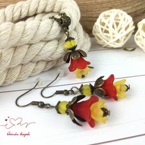 Tavaszi virágok piros narancssárga virágos nyaklánc fülbevaló szett, Ékszerszett, Ékszer, Ékszerkészítés, Gyöngyfűzés, gyöngyhímzés, Vidám, színes akryl virágokból és gyöngyökből, valamint antik bronz ékszeralkatrészekből készült sze..., Meska