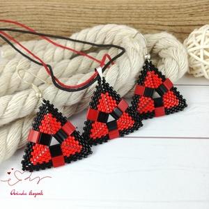 Piros fekete egyedi fűzött háromszög nyaklánc fülbevaló egyedi gyöngyékszer nőnek lánynak ballagásra esküvőre hétköznapr, Ékszerszett, Ékszer, Ékszerkészítés, Gyöngyfűzés, gyöngyhímzés, Kiváló minőségű japán delicából és cseh tile gyöngyökből készült egyedi szett háromszög alakú medáll..., Meska