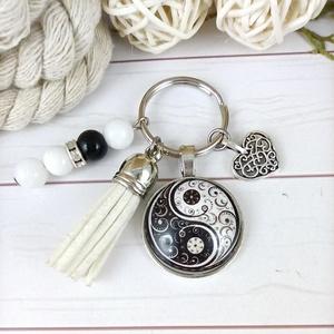 Jinjang mintás fehér bojtos üveglencsés kulcstartó táskadísz bojtos karácsony szülinap névnap nyár ajándék, Táska & Tok, Kulcstartó & Táskadísz, Táskadísz, Ékszerkészítés, Gyöngyfűzés, gyöngyhímzés, Fehér bojtból, jade és ónix ásványból és jinjang mintával díszített üveglencsés kabosonból készült k..., Meska