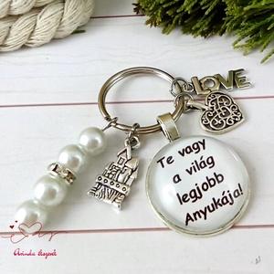 Te vagy a világ legjobb anyukája feliratos üveglencsés kulcstartó táskadísz karácsony szülinap névnap, Táska & Tok, Kulcstartó & Táskadísz, Kulcstartó, Ékszerkészítés, Gyöngyfűzés, gyöngyhímzés, Egyedi feliratú, gyöngyökkel és medálkákkal díszített üveglencsés kulcstartó vagy táskadísz. \n\nSzíve..., Meska
